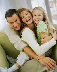 család zöld háttérrel