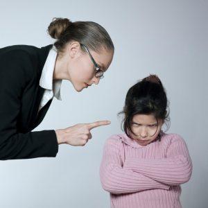 szigorú szülő